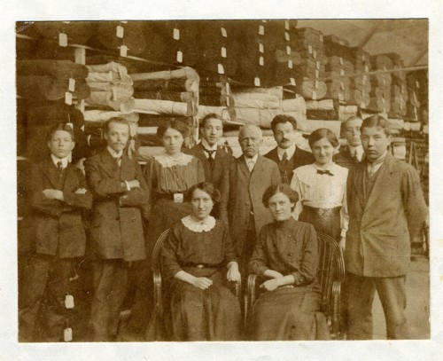 Employees of the Oppenheimer Textile business in 1913. Otto Oppenheimer took over the family business after the death of his father Louis in 1907.