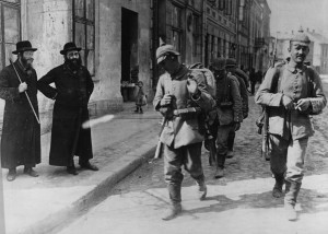 The German Army marching into Neu Sendec during WWI. Bundesarchiv.