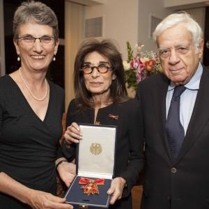 Carol Kahn Strauss (c) with her husband, Peter Strauss, and German Consul General Brita Wagener. Photo, Celia Rogge.
