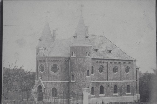 This photograph of a synagogue in Bleicherode, Germany was digitized in grayscale at a low resolution, without significant metadata.
