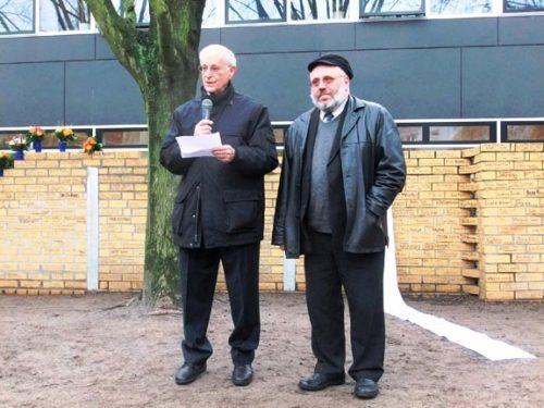 2012 besuchte Arthur Obermayer (l.) die Löcknitz-Grundschule in Berlin. Zur Feierstunde kam auch Rabbi Walter Rothschild (r.). Im Hintergrund steht die Mauer, die Schülerinnen und Schüler aus Gedenksteinen errichtet haben.