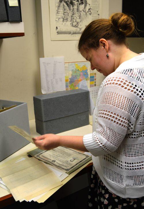 Dianne Ritchey verarbeitet die vorsortierte Sammlung. Grigoriy Ratinov scannt die einzelnen Dokumente, um die Sammlung zu digitalisieren.