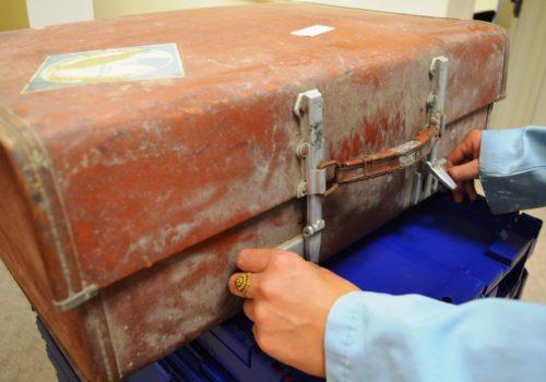 Es kommt vor, dass Koffer und andere Behältnisse, gefüllt mit historischem Material, nach Jahrzehnten erstmals im LBI wieder geöffnet und gesichtet werden.