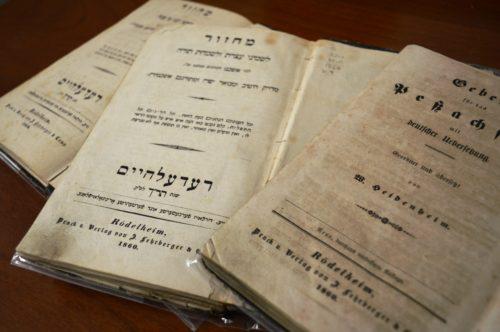 Drei Ausgaben des Rödelheim Mahzors aus dem Jahr 1860: Die Ausgabe in der Mitte folgt dem aschkenasischen Ritus, die rechte ist die deutsche Übersetzung nach einem unspezifischen Ritus.