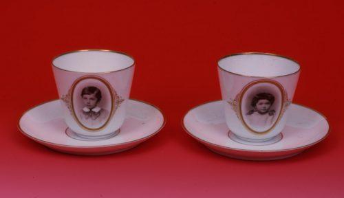 Schokoladentassen aus dem Nachlass von Albert Einstein. Ein Foto des Geschwisterpaars diente als Vorlage für die Trinkgefäße.