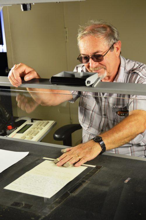 Grigoriy Ratinov scannt die einzelnen Dokumente, um die Sammlung zu digitalisieren.