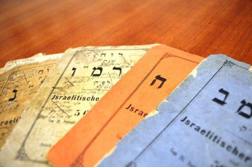 """Zehn Kalender, veroeffentlicht zwischen 1881 und 1893 von den Gebruedern Bonn. Die Zeit hat den Heftchen """"Charakter"""" verliehen. Eines von ihnen ist mit Naehgarn geflickt worden."""
