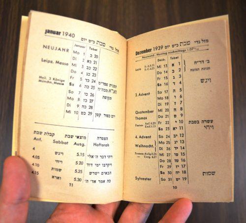 Der Kalender des Jüdischen Kulturbunds in Deutschland e.V. von 1939. Der Kalender wurde in der Nova-Druckerei in Berlin gedruckt und beinhaltet die Wochentage und Monate in Deutsch wie auch in Hebraeisch. Neben den juedischen Feiertagen sind die christlichen Verzeichnet. Der Kalender gibt den Zeitpunkt des Sonnenuntergangs fuer Mitteleuropa und fuer Sammelpunkte in der juedischen Disapora an, wie Kapstadt und Johannesburg.