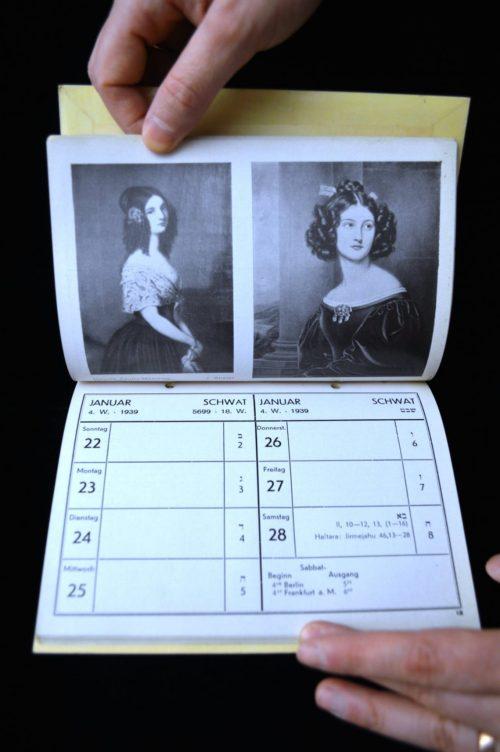 Ein Kalender, veroeffentlicht vom Jüdischen Frauenbund in Breslau. Die Herausgeberinnen, Lisbet Cassirer and Hannah Karminski, zeigten Portraitbilder von prominenten Frauen in der juedischen Geschichte zusammen mit feministischen Zitaten.